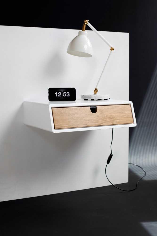 Prático e sem ocupar espaço no quarto, esse modelo de criado-mudo suspenso é ideal para ambientes pequenos