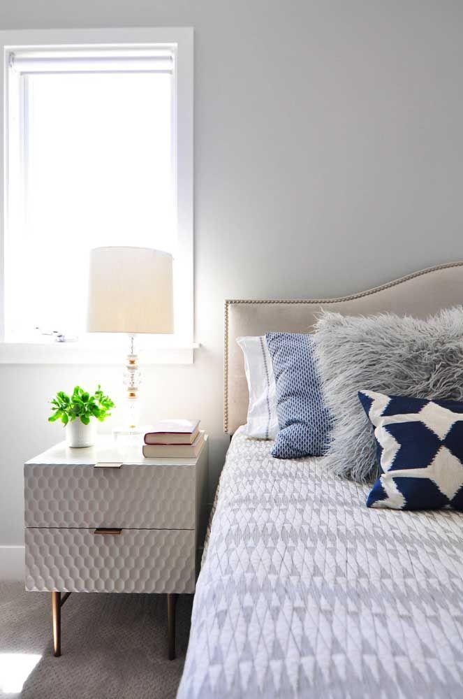 Criado mudo texturizado e elegante seguindo a linha do colchão, altura ideal para o móvel