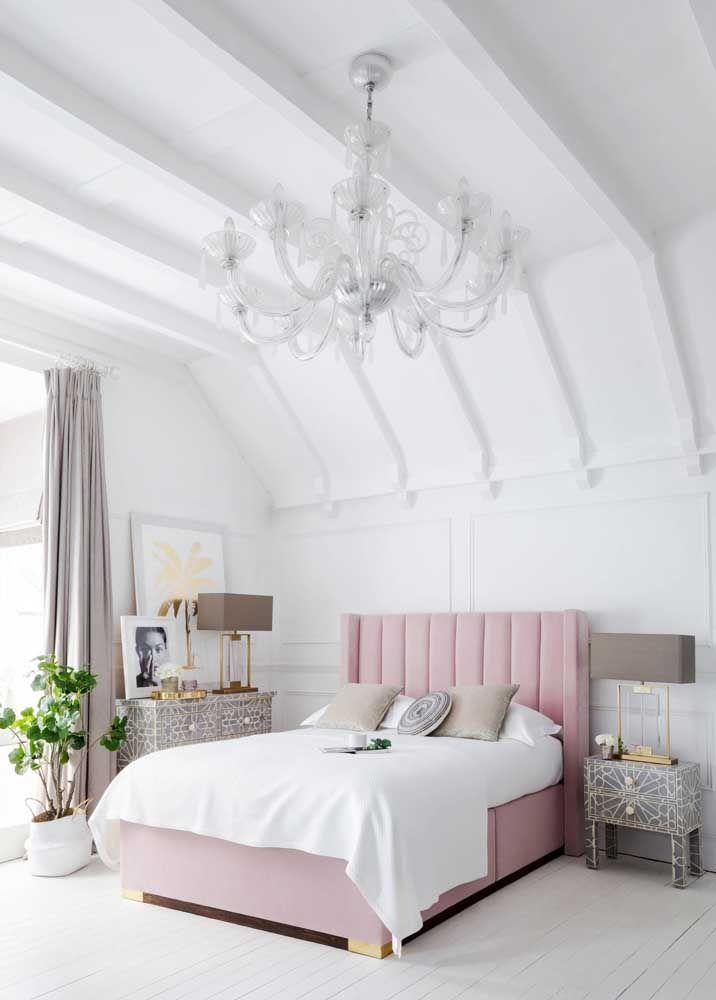Para o quarto romântico a proposta foi usar um criado-mudo em combinação com a cômoda