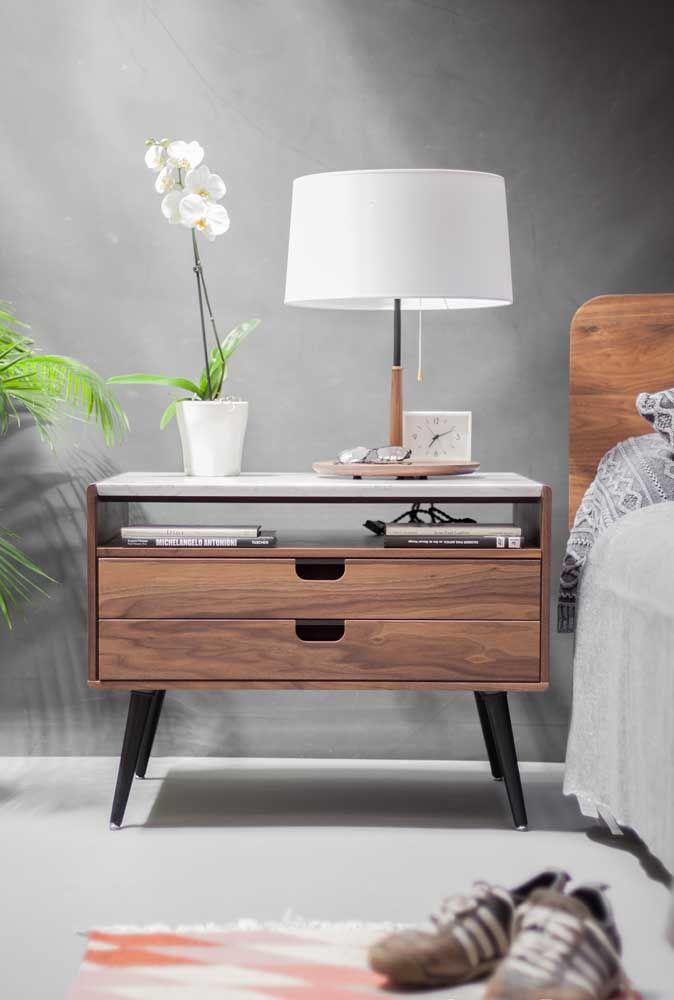 Espaçoso, com gavetas e pé palito: um típico modelo retrô para o quarto do casal