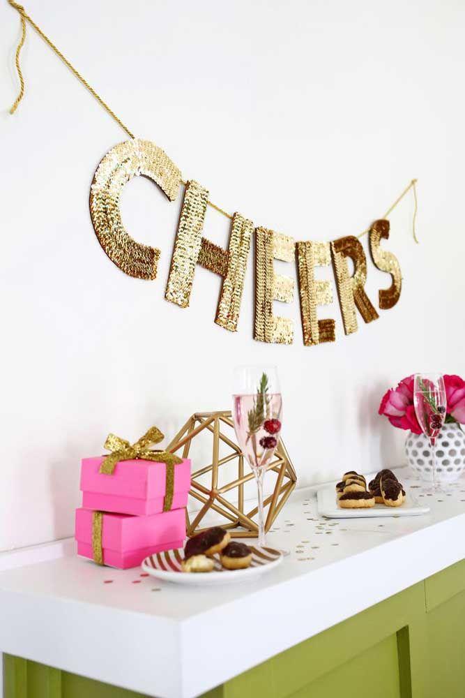 O molde de letras grandes foi usado na festa de aniversário para criar um letreiro brilhante na parede