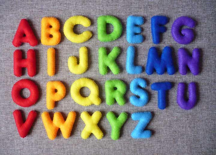 Letras em feltro de cores variadas prontinhas para criar a decoração que desejar