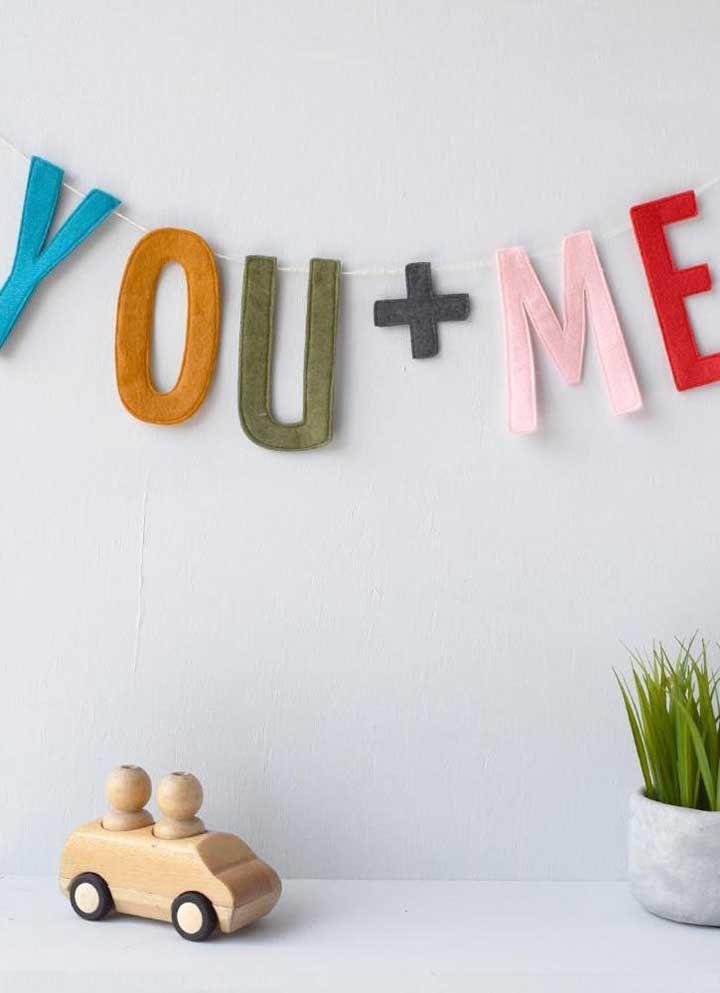 Moldes de letras finas usado para formar uma decoração descontraída no quarto infantil