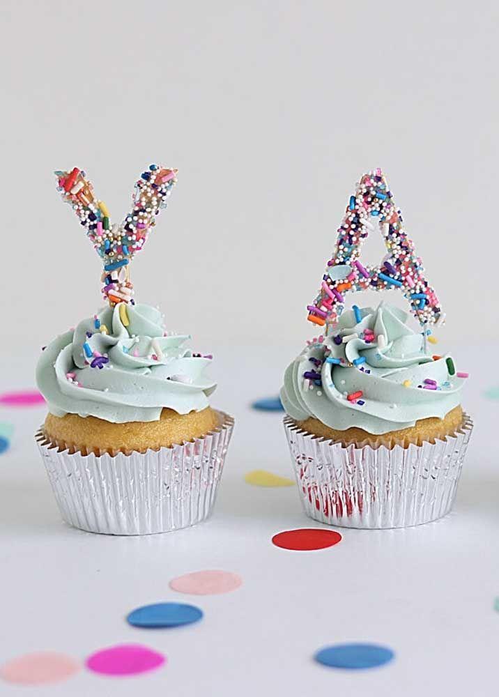 E para decorar os cupcakes? Use molde de letras finas também