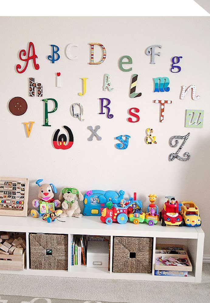 O molde de letras divertidas combina perfeitamente com esse espaço lúdico e cheio de brinquedos