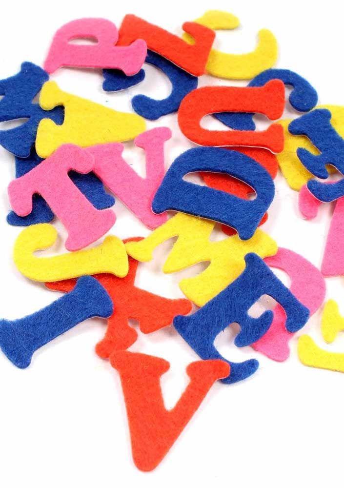 Letras coloridas feitas com molde: ótimas para trabalhar alfabetização das crianças