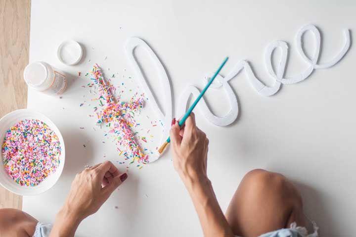 Use a criatividade e decore suas letras com o que quiser; a dica aqui foi usar granulados coloridos fixados com cola branca
