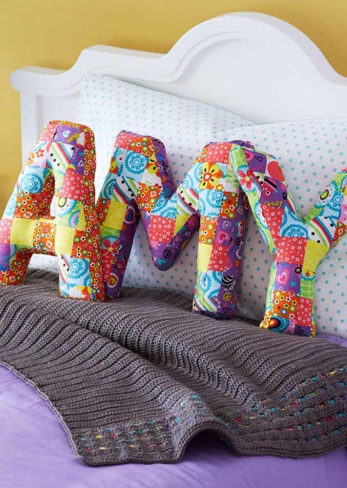 Letras decorativas feitas com tecido para decorar a cama; o charme está na estampa de patchwork