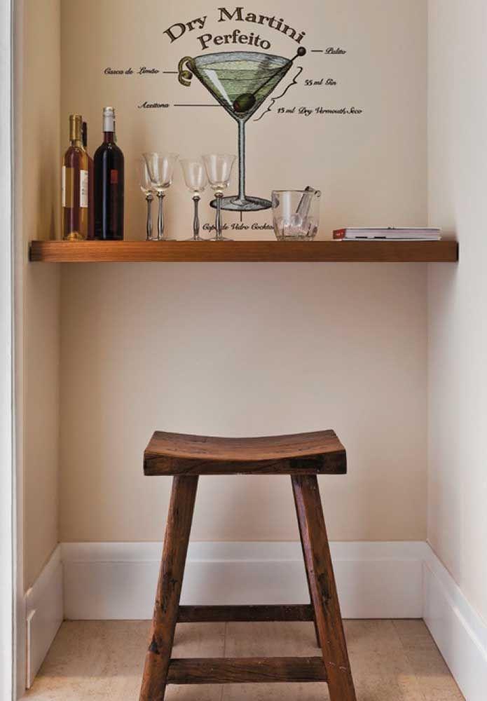 Uma prateleira mais adesivo e o barzinho está montado; quer decoração mais simples e barata do que essa?