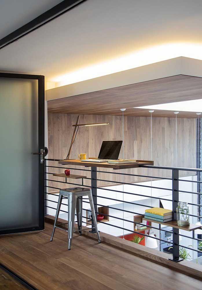 O guarda corpo do mezanino virou o lugar ideal para a instalação de um mini escritório
