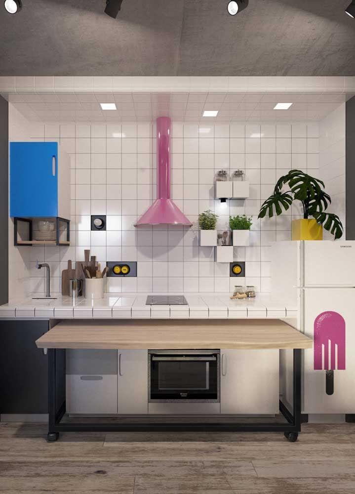 Uma cozinha cheia de truques e ideias criativas: adesivo de sorvete, mesa retrátil e vasos que parecem se destacar da parede