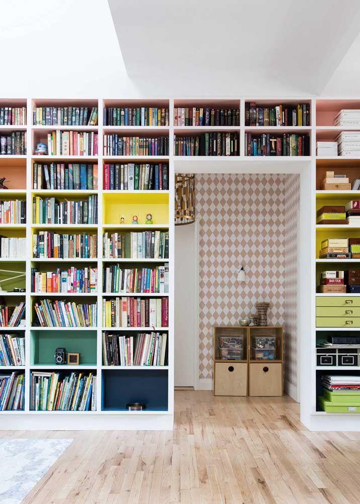 Livros organizados em nichos coloridos