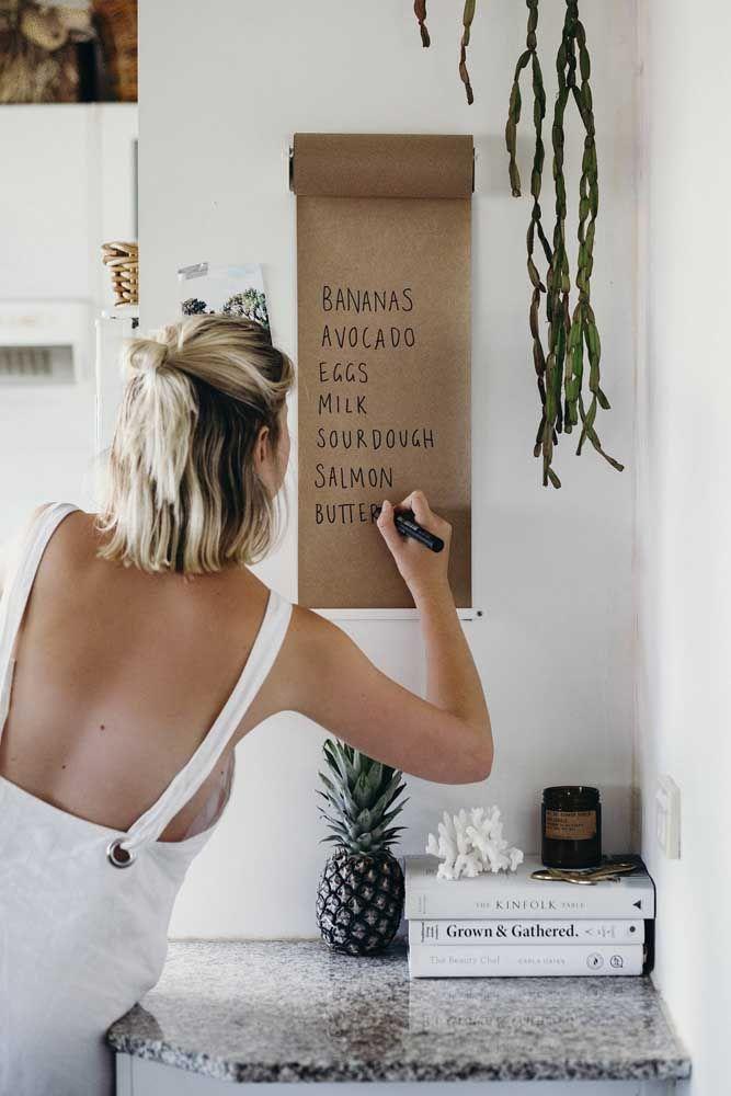 Rolo de papel pardo na parede para anotar a lista do mercado, os afazeres do dia ou um recadinho carinhoso para a família
