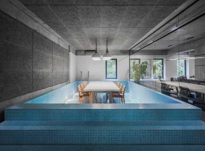 Imagina jantar dentro de uma piscina? Muito inusitada essa ideia