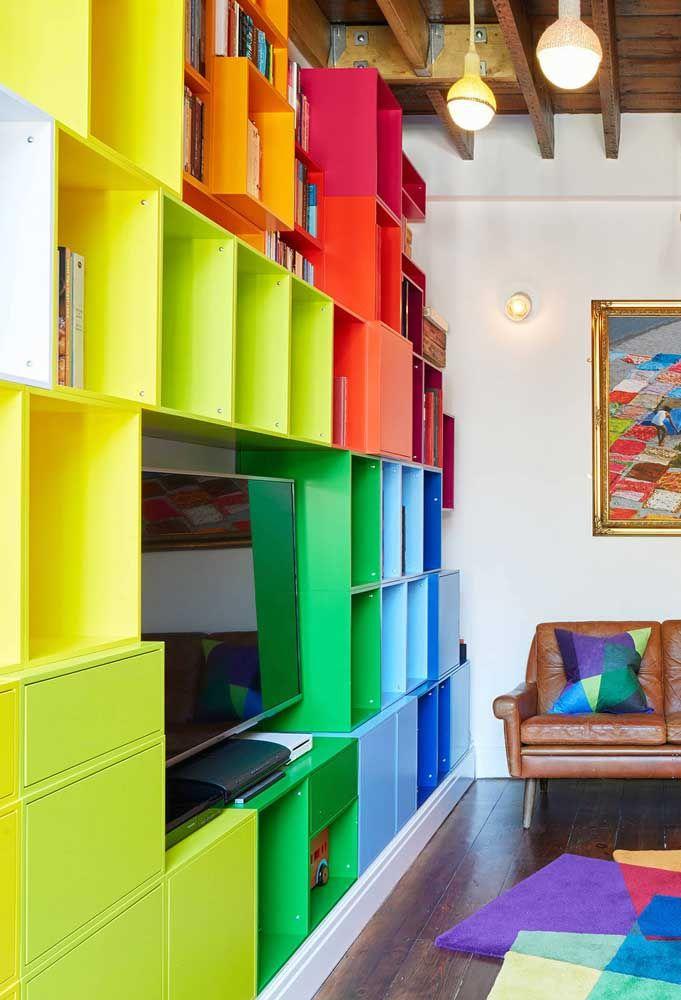Sala arco-íris: basta mudar a cor dos nichos para deixar a sala nova