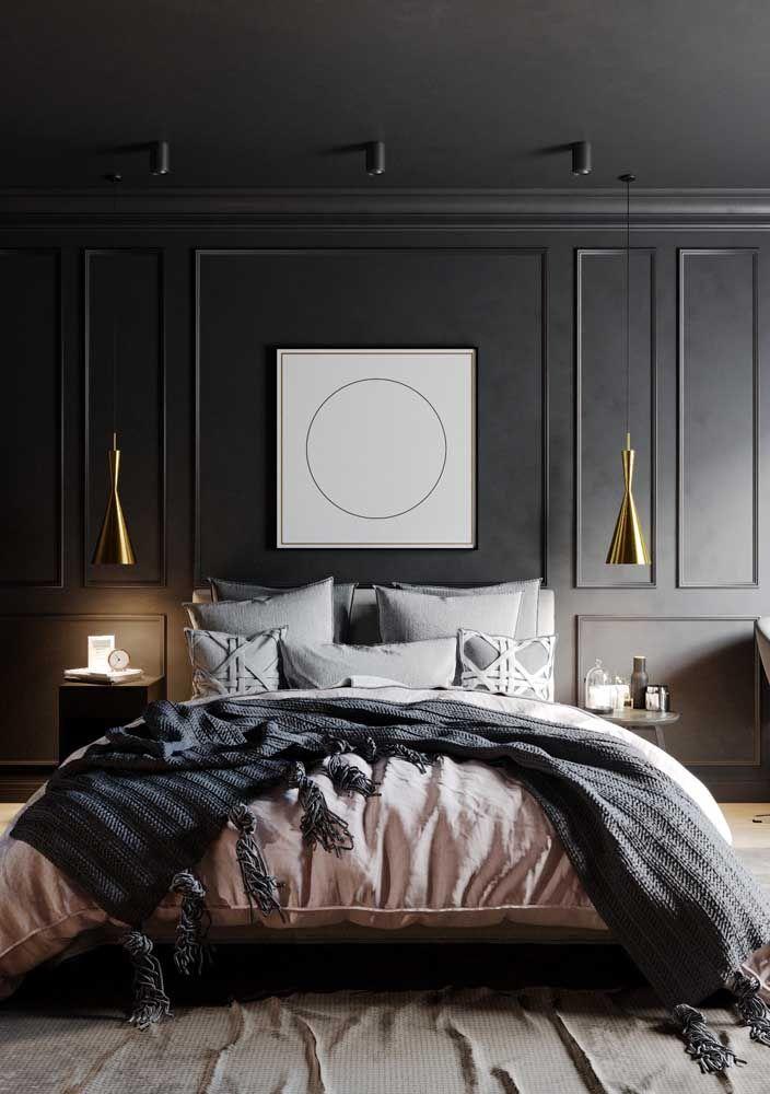 A decoração desse quarto de casal fica entre as clássicas boisseries, as luminárias douradas de design contemporâneo e os tons modernos de cinza