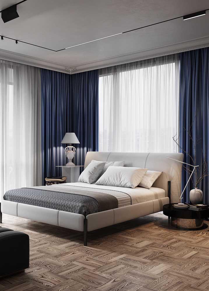 Azul nas cortinas para trazer calma e tranquilidade ao quarto do casal