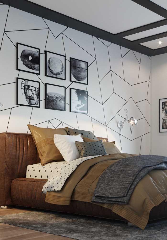 A cama revestida com couro marrom ganhou uma parede geométrica sob medida para completar a decoração do quarto de casal