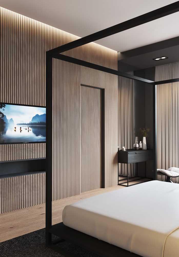 Forro de gesso rebaixado, iluminação embutida e painel de madeira: aposta certeira para criar aquele clima aconchegante no quarto de casal