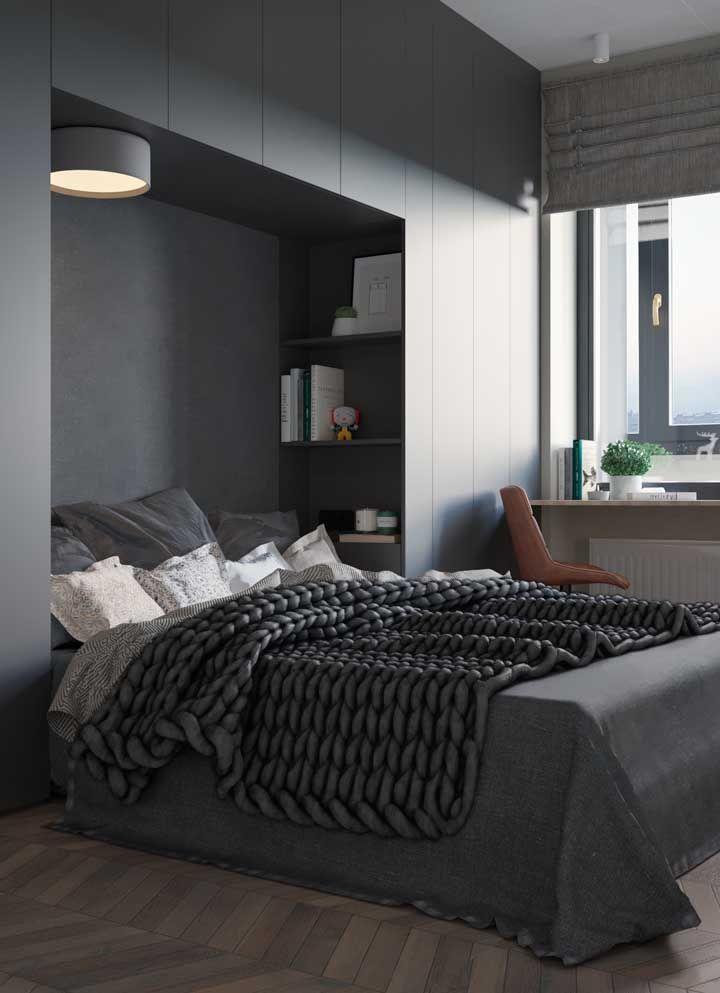 Decoração de quarto de casal planejado com cama embutida; na parede da janela ainda teve espaço para uma pequena escrivaninha