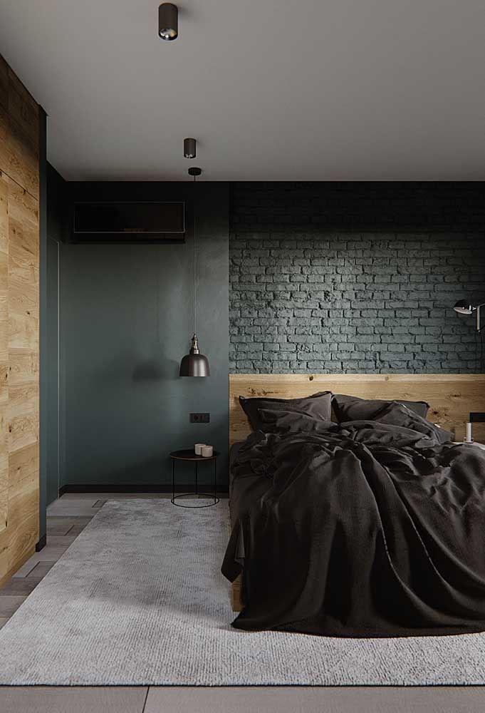 Cores fortes e cheias de personalidade marcam a decoração desse quarto de casal; a parede de tijolinhos aparente é outro destaque