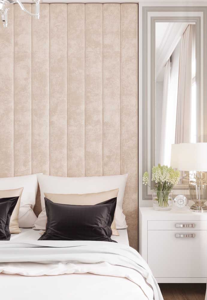 Tons neutros e claros marcam a decoração desse quarto de casal