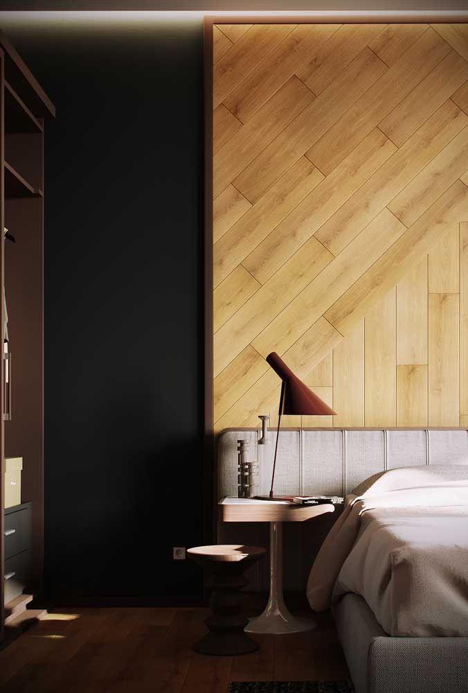 O verde escuro e o marrom dão o toque de classe e sobriedade ao quarto do casal, enquanto a cabeceira de madeira clara traz um respiro moderno e despojado ao ambiente