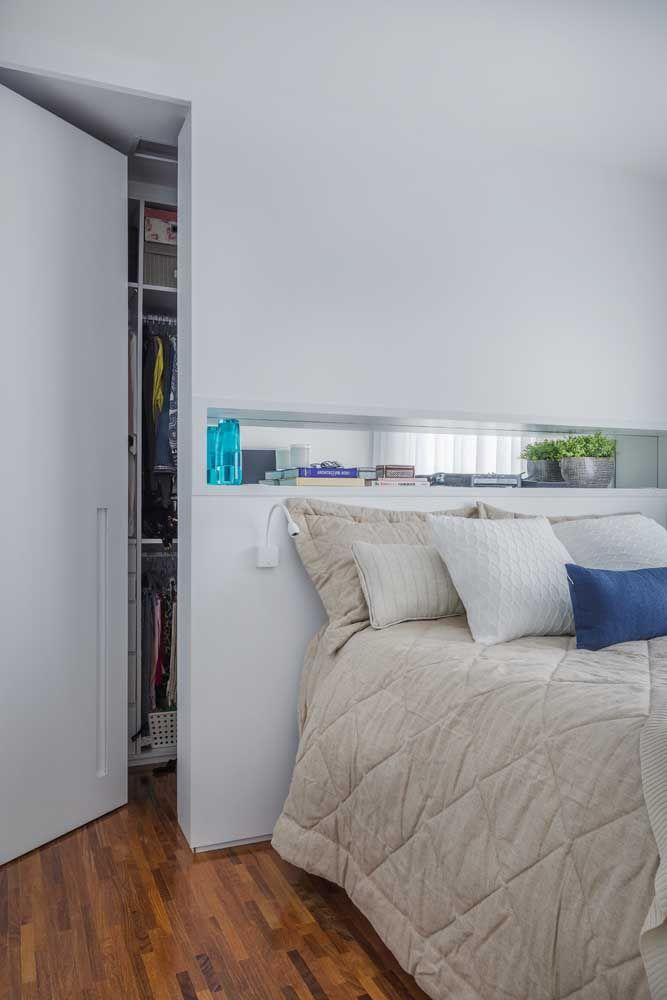 Quarto de casal com closet: repare que nesse projeto, a parede de gesso faz a divisão entre o closet e a área do quarto