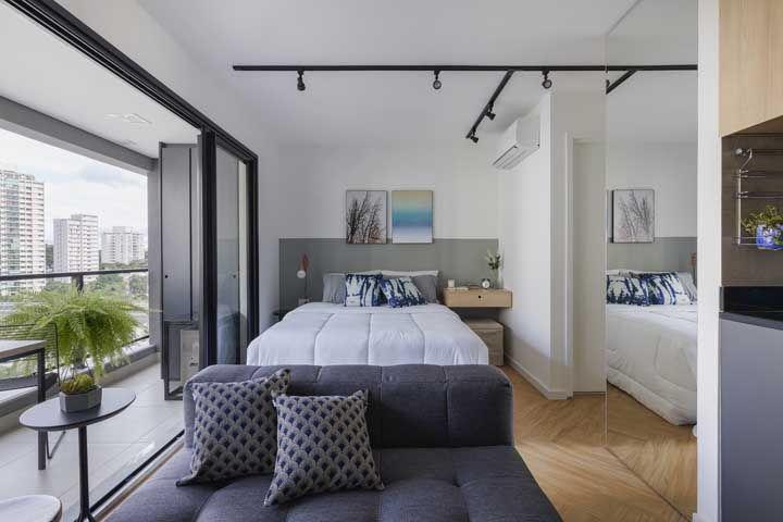 Com vista para cidade: a janela que se estende por toda a parede do quarto ilumina e promove uma bela visão para quem está no ambiente