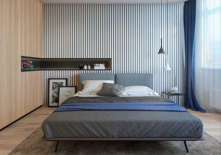Nesse quarto de casal, o nicho em L recorta as duas paredes adjacentes unindo as texturas do quarto