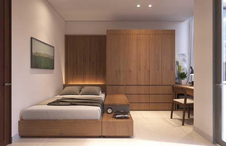 Para esse quarto de casal planejado, a opção foi pelo uso dos tons amadeirados em toda mobília