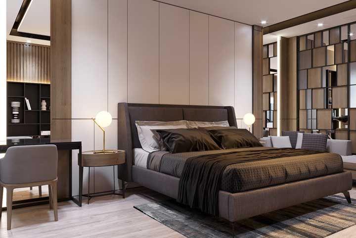 Nesse projeto, quarto de casal e home office compartilham o mesmo ambiente