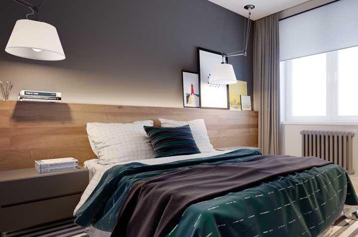 Nesse quarto de casal, a cabeceira funciona também como uma prateleira para livros e quadros