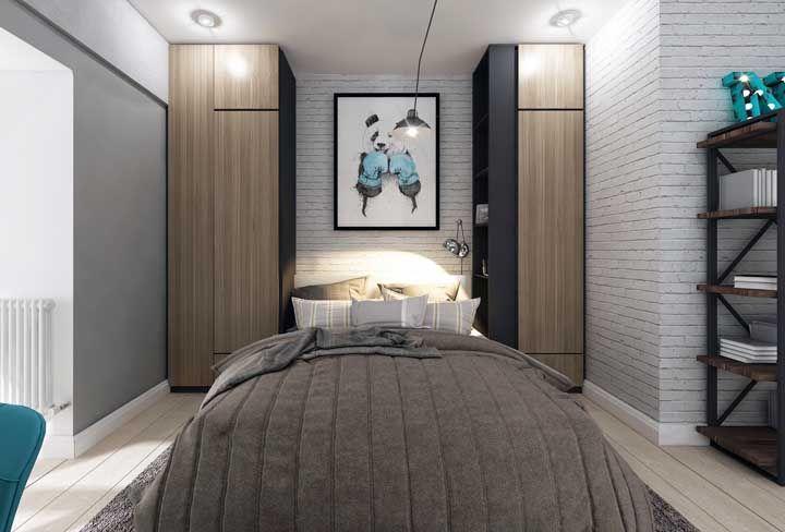 O quarto jovem e de decoração descontraída optou por deixar a cama no meio entre os dois armários