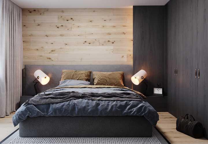 Os detalhes que fazem a diferença, como os puxadores de tira de couro, o tapete trançado, o painel de pinus e a dupla de luminárias