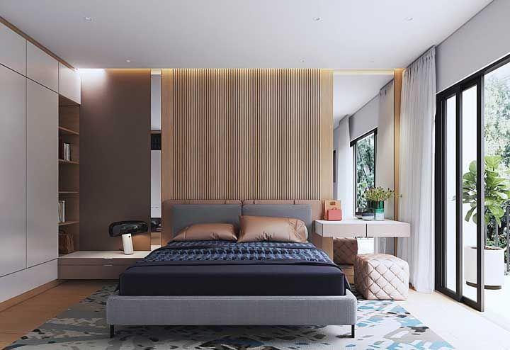 Ao lado da cama do casal foi montada uma penteadeira que se aproveita do espelho colocado ali com a intenção de criar profundidade ao quarto