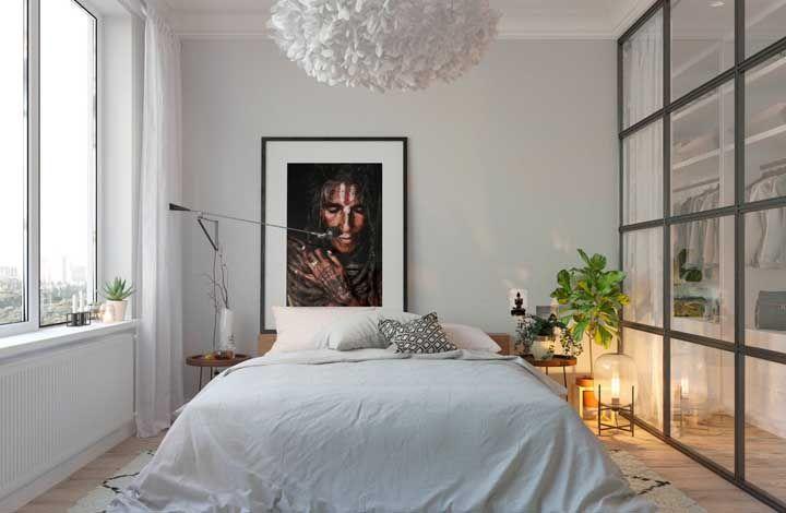 Tons neutros, plantas, elementos funcionais: um quarto de casal com inspiração escandinava para você se apaixonar