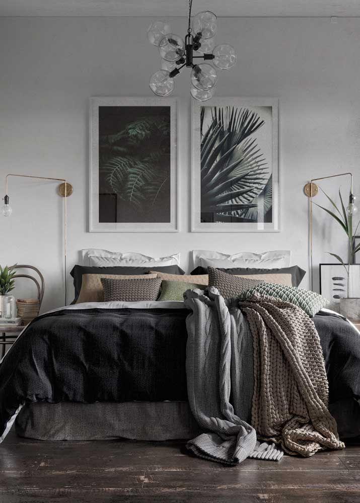 Quadros, luminárias e criados mudos formam uma decoração simétrica e harmoniosa nesse quarto