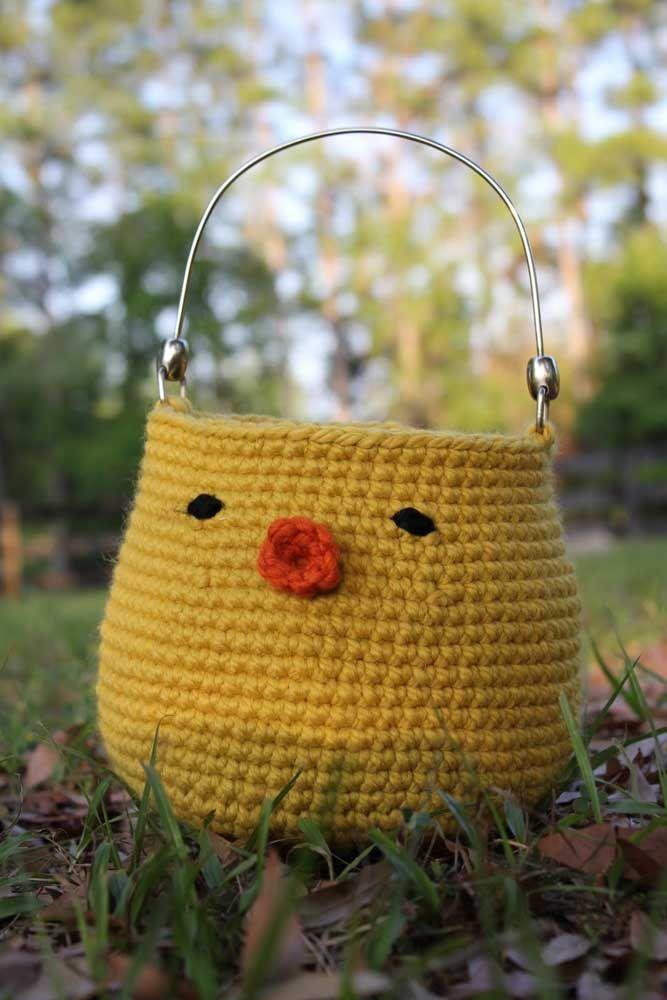 Um modelo bem divertido de cesto de crochê; as alças metálicas garantem maior sustentação ao cesto