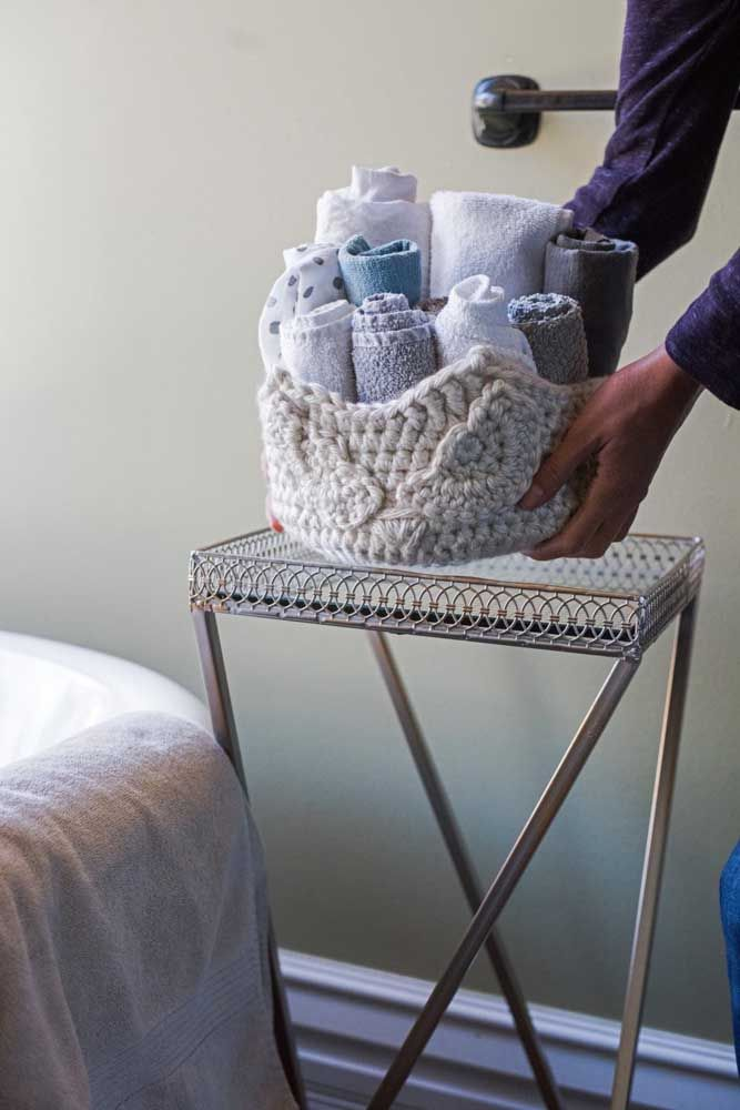 As toalhas de banho e rosto ficam mais charmosas ao serem guardadas dentro do cesto de crochê
