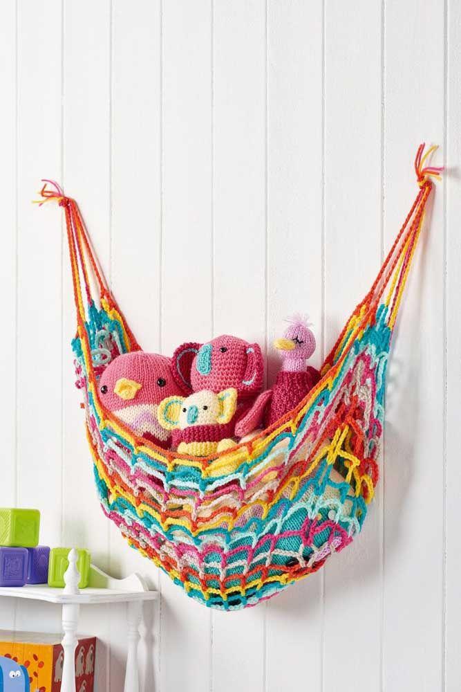 Brincar e organizar: esse cesto de crochê para brinquedos, que também pode ser chamado de rede, deixa o quartinho lindo e sem bagunça
