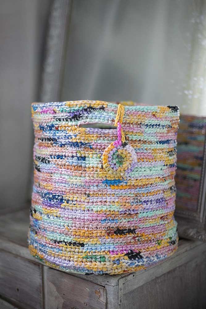 Que tal um cesto de crochê todo mescladinho? Parece até aqueles feitos com jornal