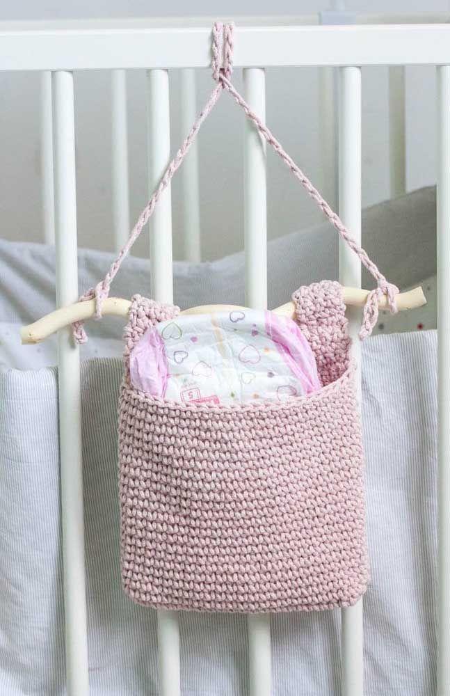 Cestinho – sacola – de crochê para organizar as coisinhas do baby junto ao berço