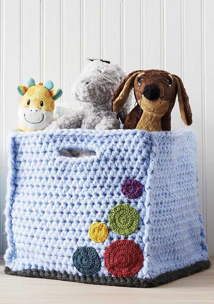 E o que acha desse modelo de cesto de crochê em fio de malha? Uma graça para organizar os brinquedos