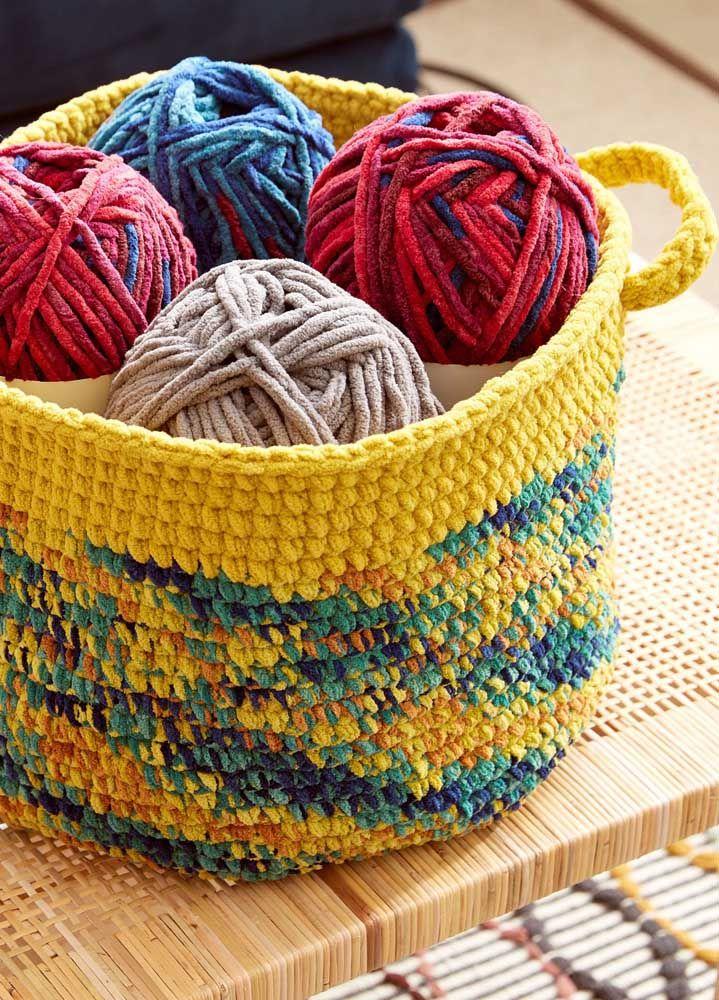 Cesto de crochê para guardar as linhas de...crochê, é claro!