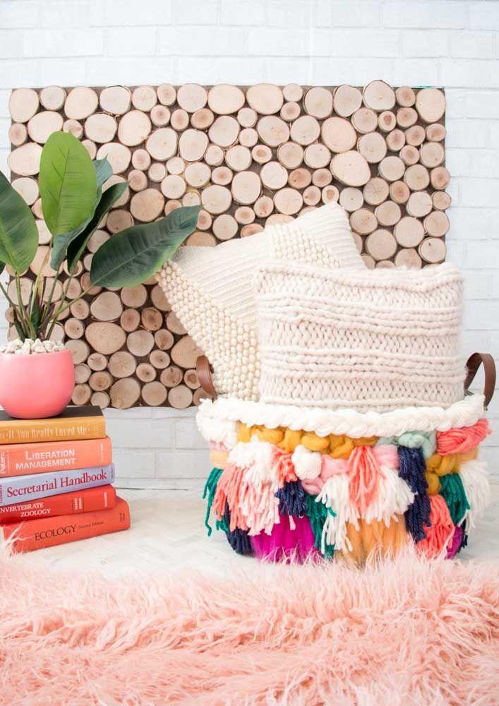 O cesto de crochê na sala pode ser usado para guardar almofadas, livros e outros objetos após o uso, assim o ambiente fica sempre organizado