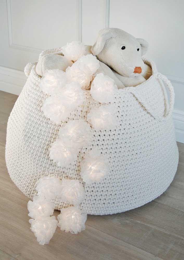 Já esse cesto de crochê redondo branco tem uma alça para ajudar a carregá-lo de um lugar para o outro