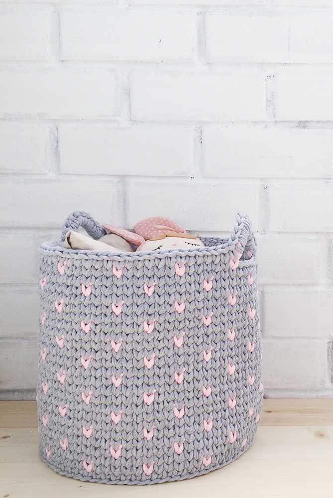 Cinza e rosa: cores de uma decoração infantil moderna aplicadas no cesto de crochê