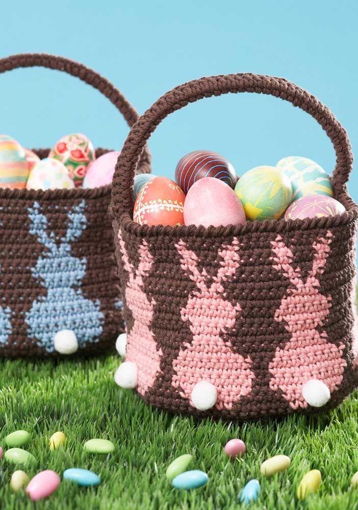 Esses cestos de crochê com alça trazem o desenho de coelhinhos e guardam sabe o quê? Ovinhos de chocolate
