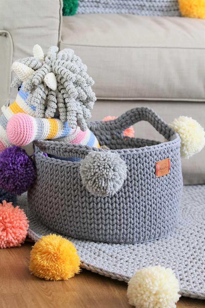 Brinquedos de crochê guardados em cestinhos de quê? Crochê também!